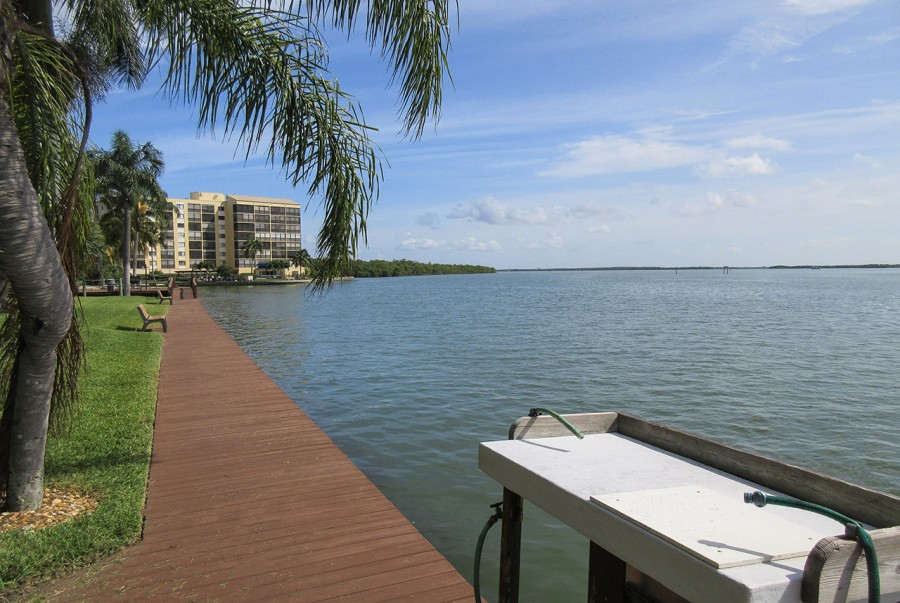 Harbour Pointe Resort Condominiums - Fishing Dock and Cleaning Station - Fish all day in the Bay