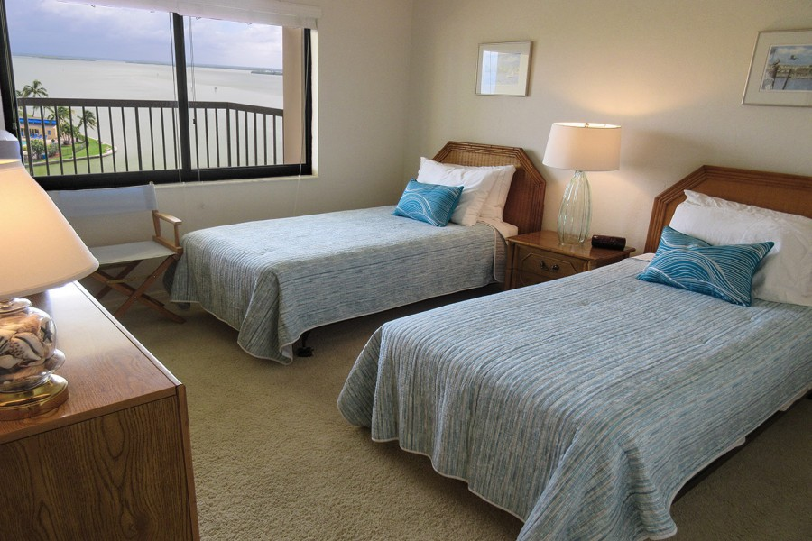 Harbour Pointe 725N - Guest Bedroom with Two Twins and beautiful Bay View