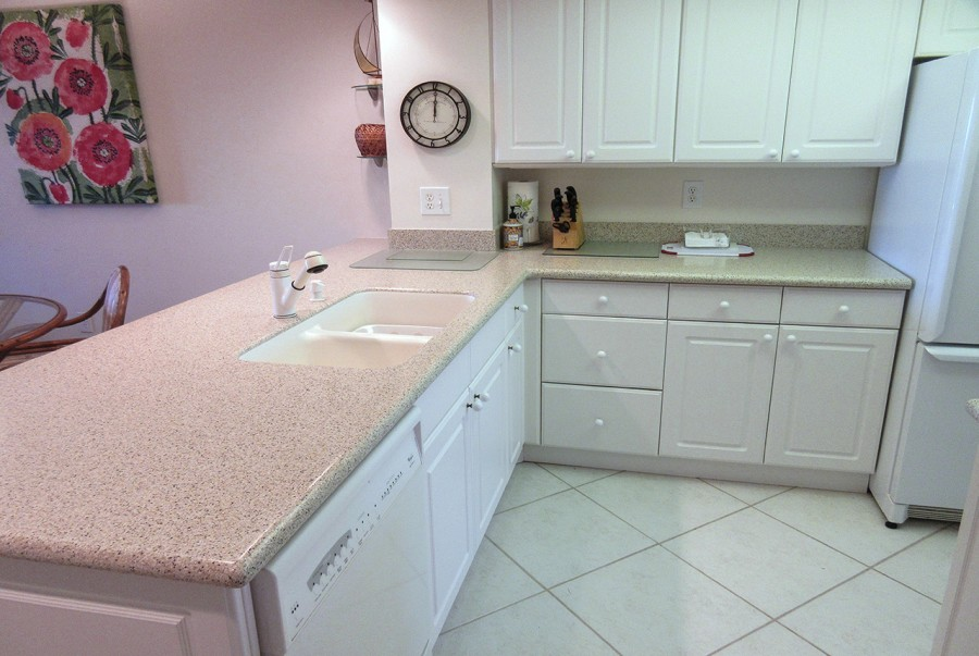 Harbour Pointe 725N - Newly Renovated Kitchen with new appliances and Corian Countertops