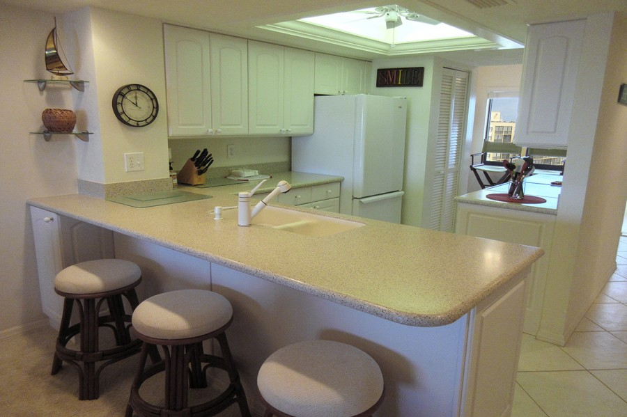 Harbour Pointe 725N - Bright New Fully Equipped Kitchen with Breakfast Bar