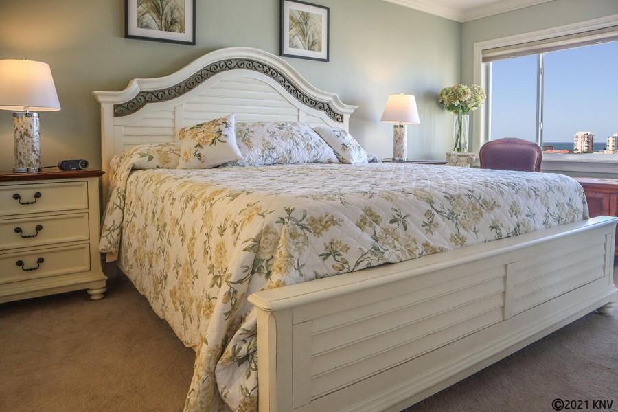 King Sized Bed in Master Bedroom En Suite in Harbour Pointe 1014S
