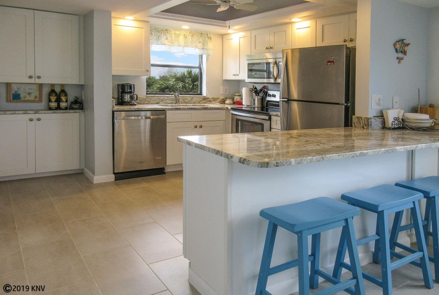 Beautiful new kitchen, fully equipped to dine in on your vacation.