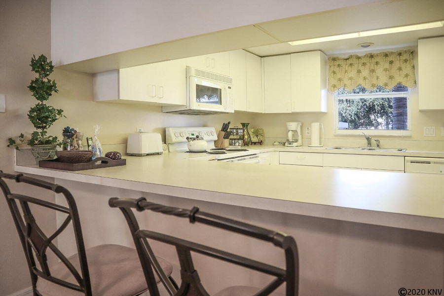 Breakfast bar services the fully equipped kitchen