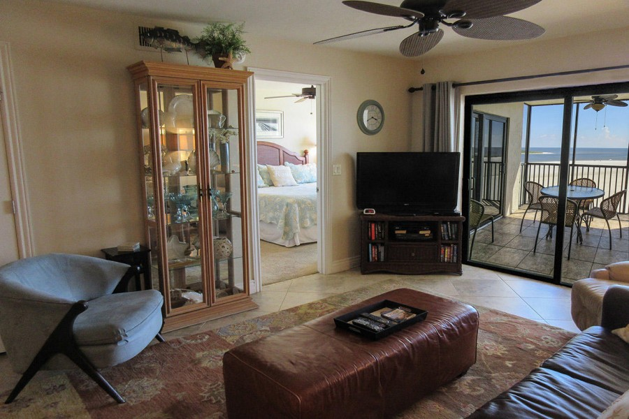 Carlos Pointe 612 Living Room with Large Screen TV and Doors to Screened In Lanai