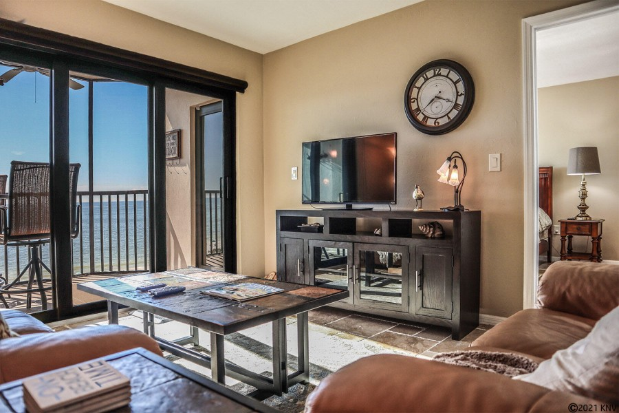 Comfy furnishings, large flat screen TV and beautiful beachfront views!
