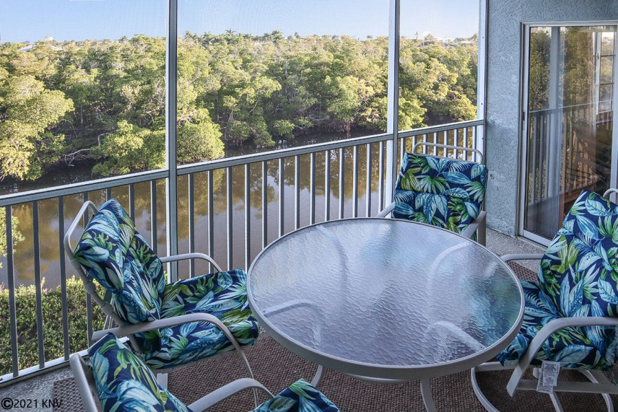 You can look forward to hours of relaxation out on your screened in lanai.
