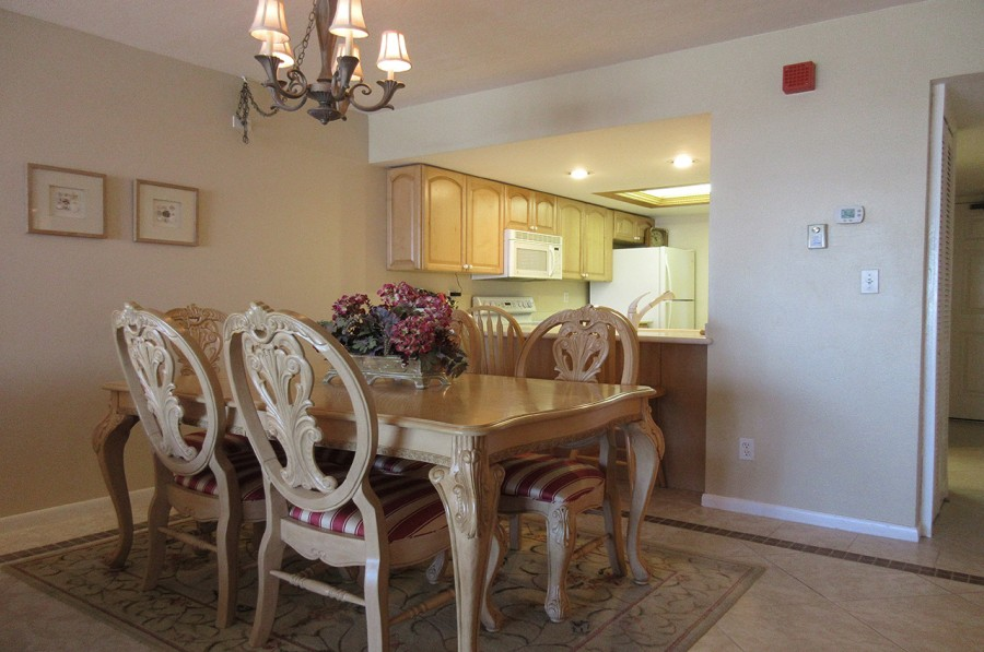 Dining Area with Breakfast Bar at Eden House 302