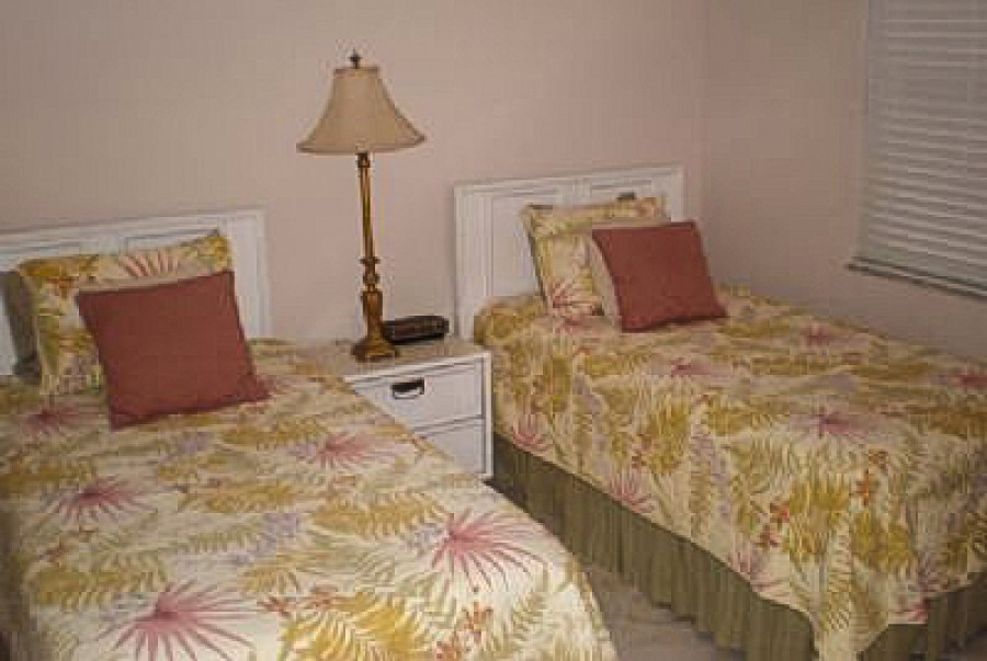 Guest Bedroom with Twin Beds at Eden House 605